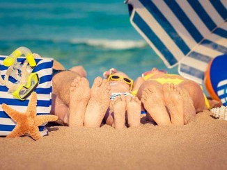 Family-Photo-Ideas-Summer-Feet
